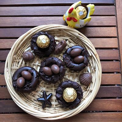 Nids de Pâques croustillants aux chocolat et aux pétales d'épeautre garnis de Ferrero rocher, Kinder Schoko-Bons