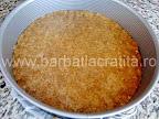 Tort cu bezea crema de ciocolata preparare reteta blat - presam biscuitii cu degetele pe fundul formei