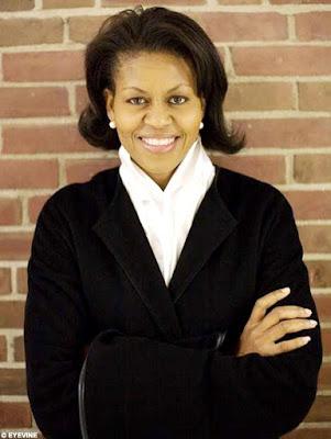 Foto de Michelle Obama cruzando los brazos