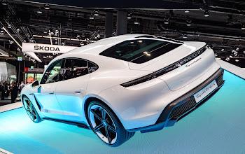 Năm 2020 doanh số xe Porsche giảm, nhưng Taycan bán tốt, bám đuổi doanh số với Tesla Model S