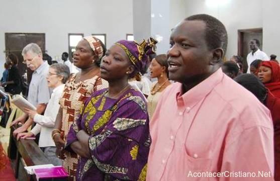Cristianos adorando en iglesia de Sudán