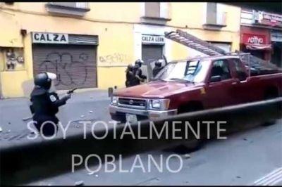 La hora c smica videos muestran a polic as con armas de for Interior y policia consulta de arma