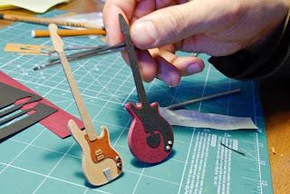 Mini guitarra hecha de cartón