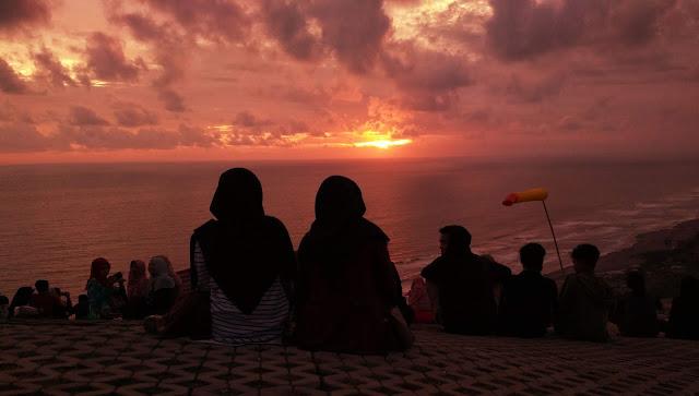 Melihat Sunset dari Bukit Paralayang Watugupit