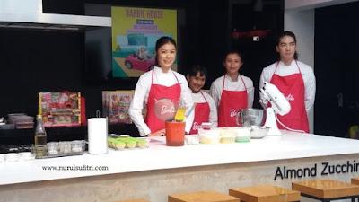 chef stella lowis bersama staf masak bersama barbie almond zucchini cooking studio nurul sufitri blogger
