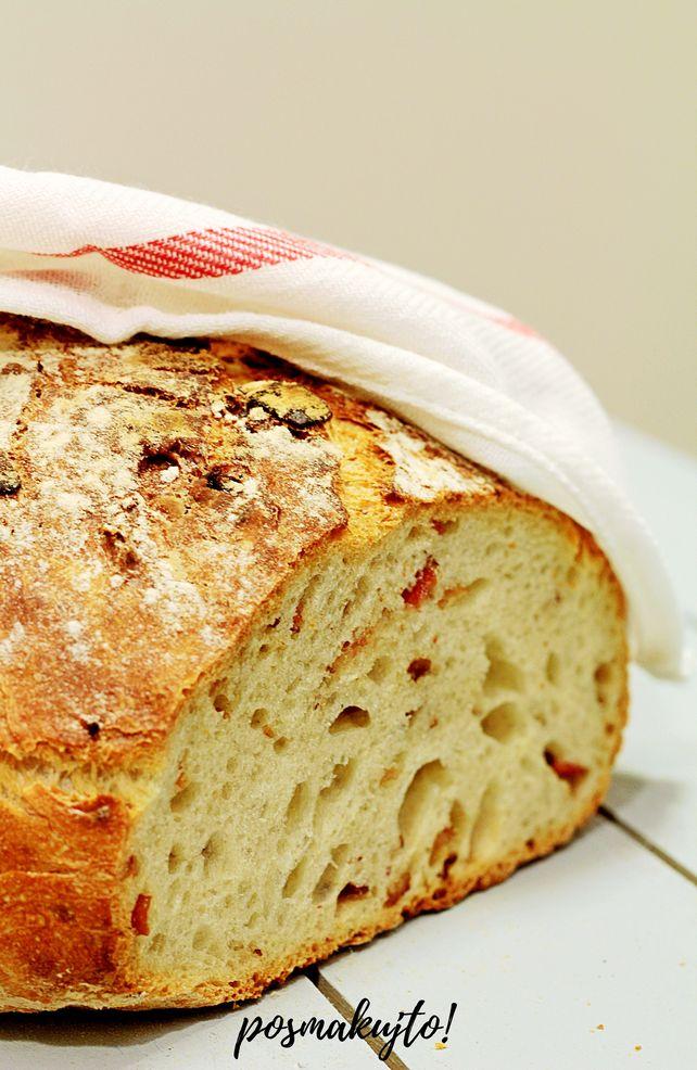 Chleb pszenny z boczkiem pieczony w garnku żeliwnym
