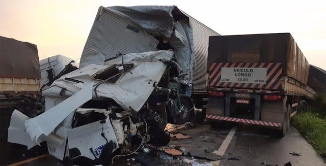 Motorista fica preso às ferragens e morre em acidente com duas carretas na BR 364
