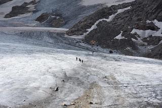 Cordée d'alpinistes sur le glacier