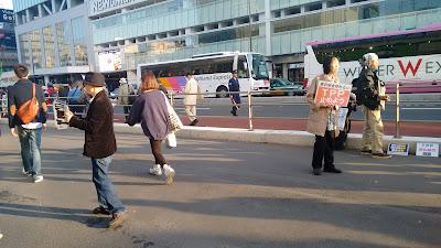 Personas informando de una manifestación el Tokyo