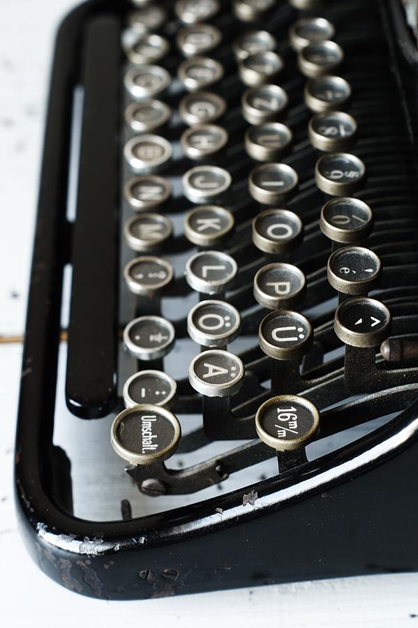 Blog + Fotografie by it's me! - fim.works - Ideal B Schreibmaschine, roh verputzte Wand, Shabby Tisch