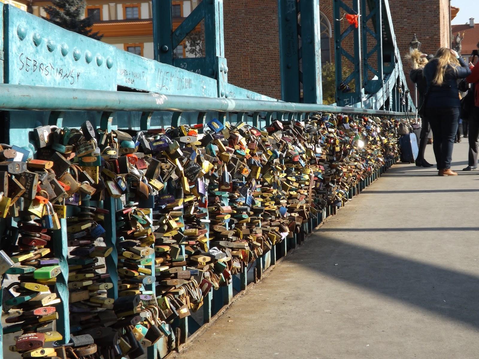 ogromna ilość kłódek zawieszonych przez zakochanych na moście Tumskim