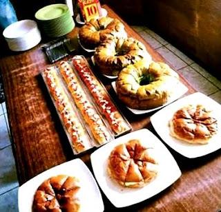 Ternyata di Kota Malang ada sebuah tempat makan favorit bagi berbagai kalangan di Masyarakat. Harga nya itu loh, terjangkau, serta menyediakan menu yang serba extra large. Berada di kawasan yang termasuk pusat kota, Kedai 27 yang berdiri sejak tanggal 08 Desember 2002 ini memberikan pilihan burger yang tiap satuannya bisa dikonsumsi oleh 4 hingga 6 orang.