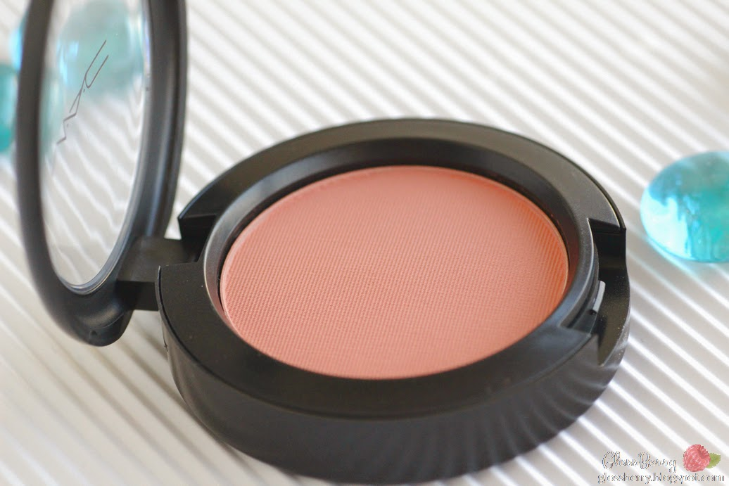 mac melba peachy natural everyday blush skin review swatches סומק מאק מלבה אפרסק קוראל קורל מט מומלץ מאט טבעי יום יום סקירה בלוג איפור וטיפוח גלוסברי glossberry beauty blog
