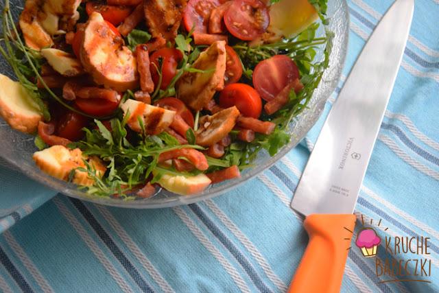 Sałatka z grillowanym oscypkiem, rukolą, kabanosem i pomidorem