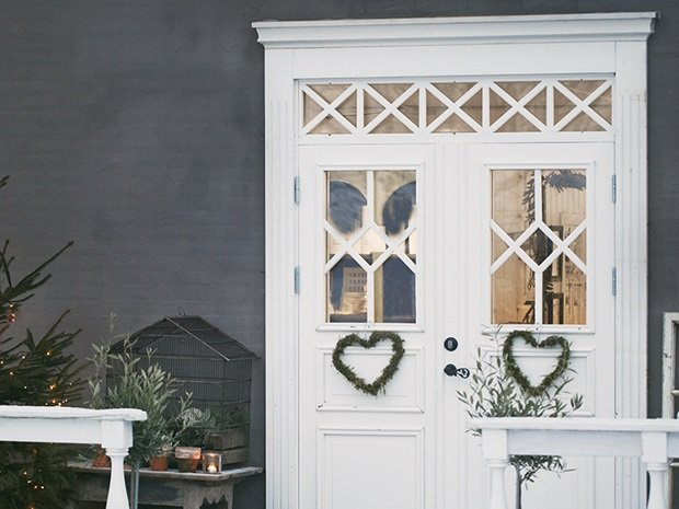 Detalle puerta entrada blanca con corona de corazón