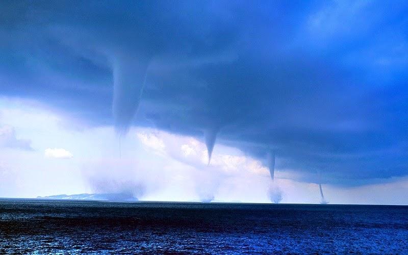 La tromba marina o manga de agua es un embudo conteniendo un intenso vórtice o torbellino que ocurre sobre un cuerpo de agua, usualmente conectado a una nube cumuliforme. Las trombas marinas se dividen en dos tipos: tornádicas y no tornádicas.
