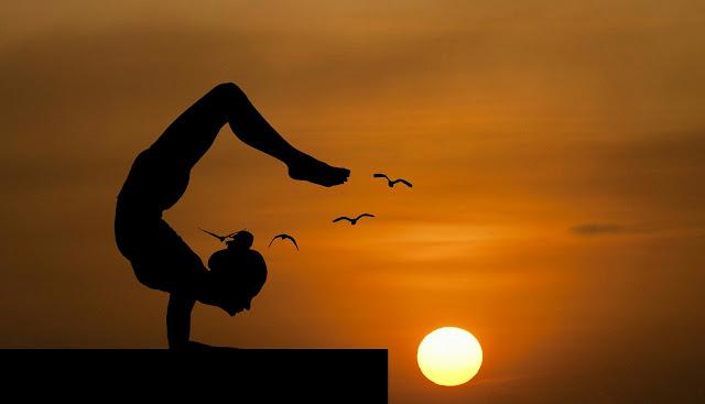 Con estas poses de yoga mejorarás tu postura