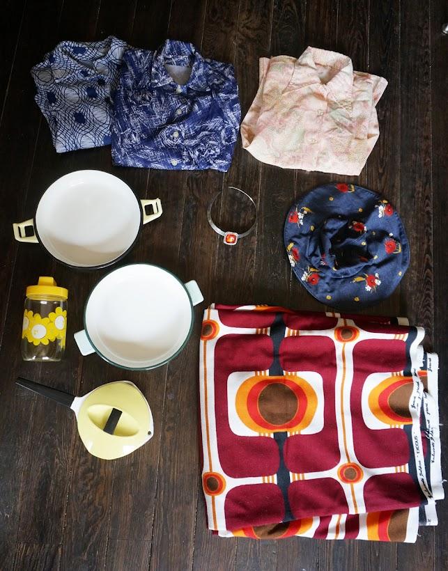 """3 chemises dont une """"la jeune fille au banjo"""" en pointillisme , un collier , du très beau tissu qui finira en parti en robe ( dans la famille """"potes sympas"""" , je demande les Vairois ) , de la vaisselle , une capeline 70s en jean     70s novelty shirt , 1970s denim wide brimmed hat , modernist necklace , 60s and 70s kitchenware , 70s abstract geometric fabric"""