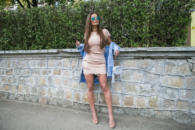 Prążkowana sukienka w odcieniu nude - Czytaj więcej