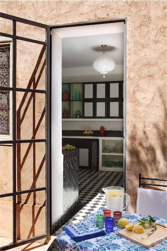 casa en Marrakech con cocina de baldosas y muebles de obra chicanddeco