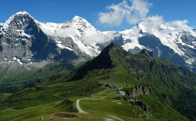 "Gunung Eiger, Alpen Bernese, Swiss, Bernese Oberland,Eigerwand atau Nordwand, Mordwand, yang artinya ""tembok pembunuh"""