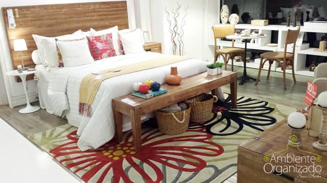 Roupa de cama branca com toque de cor