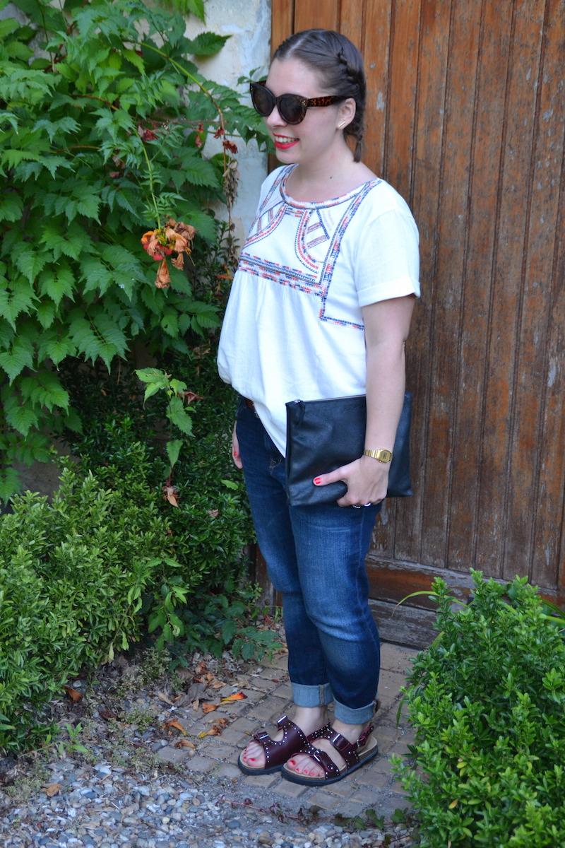 coiffure tresses plaquées, blouse ethnique promod, boyfriend Mango, sandales Zara kids, pochette american vintage