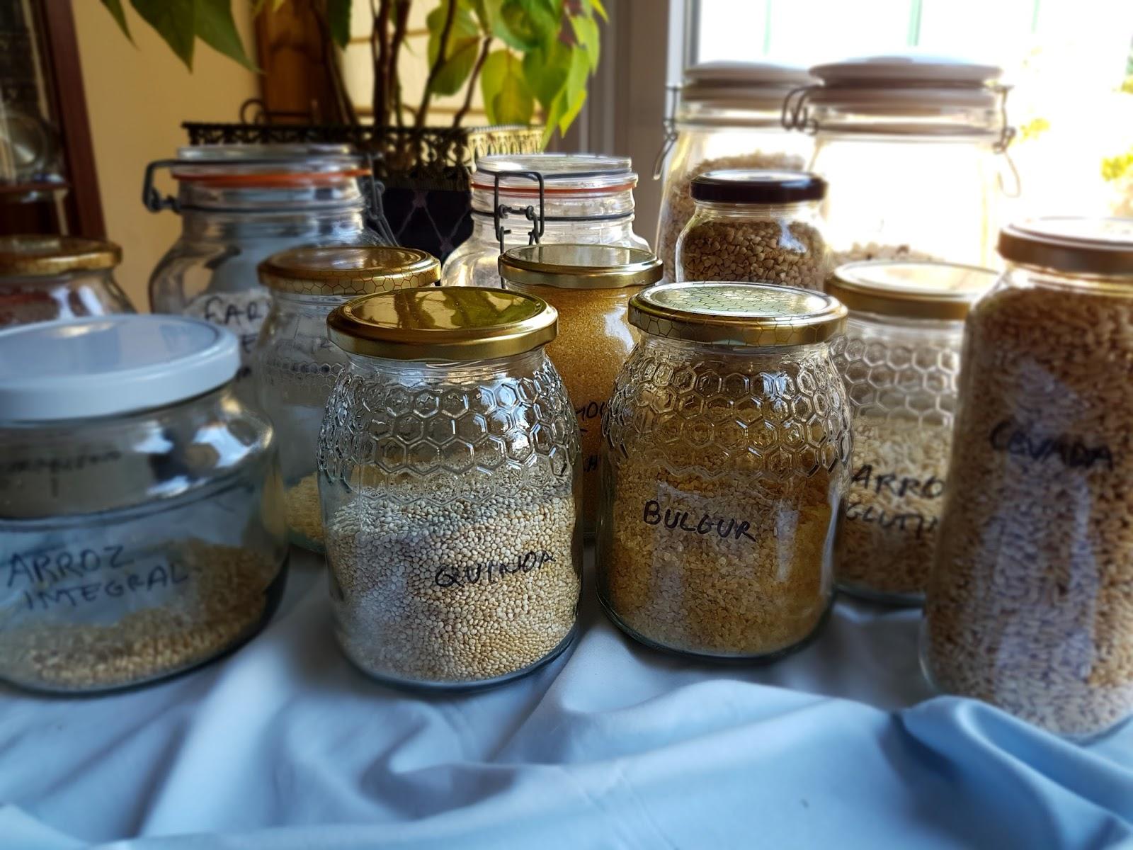 Frascos com vários cereais integrais, quinoa, bulgur, arroz, cevada.