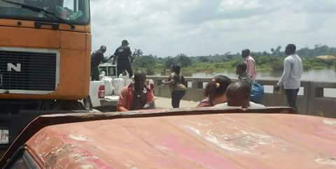 Photos: SARS personnel allegedly steal bags of Garri at gunpoint from traders at a market along East-West Road, Rivers State
