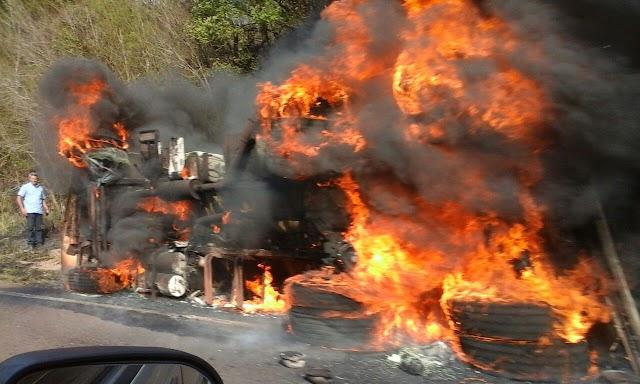 Caminhão tomba e pega fogo entre Roncador e Nova Cantu