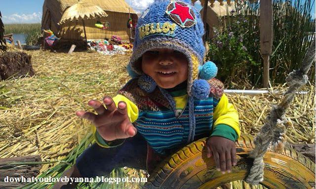 Witające nas indiańskie dziecko na Uros