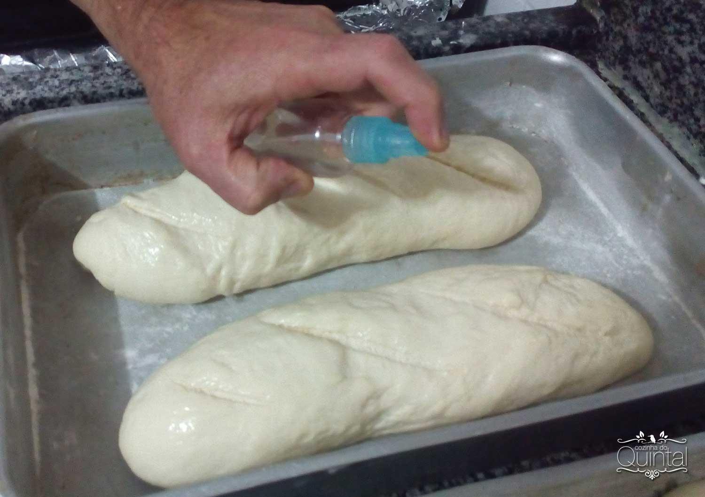Pão Caseiro Econômico: borrifar água sobre os pães deixa uma casquinha crocante depois de assado