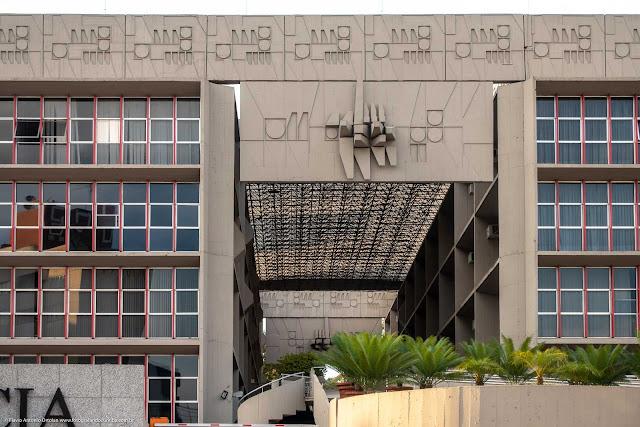 O prédio da Paraná Previdência - detalhe