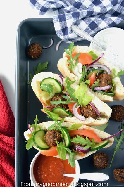 Falafel, to obok kebaba, najbardziej popularne i znane na całym świecie danie kuchni arabskiej. Modny street food i kultowa przekąska wegan i wegetarian :)    Te pyszne kuleczki z ciecierzycy z dodatkiem orientalnych przypraw obłędnie pachną i świetnie smakują, szczególnie z lekkimi sosami. Najlepsze od razu po usmażeniu, ale można je jeść również na zimno. U mnie zamknięte w domowej picie, z dodatkiem sałaty i warzyw. Częstujcie się :)