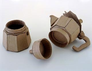 Una tetera hecha de cartón