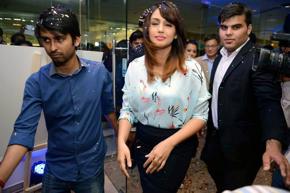 Huma Qureshi unveil of  Samsung Galaxy S6 in India