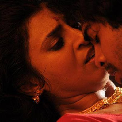 Kasthuri hot navel and cleavage kissing photos from Tamil movie Naanga