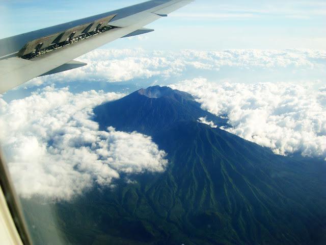 Изображение вершин вулканов острова Бали из окна самолёта, Индонезия