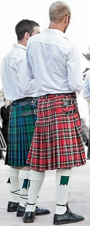 Foto de hombres con falda tableada escocesa