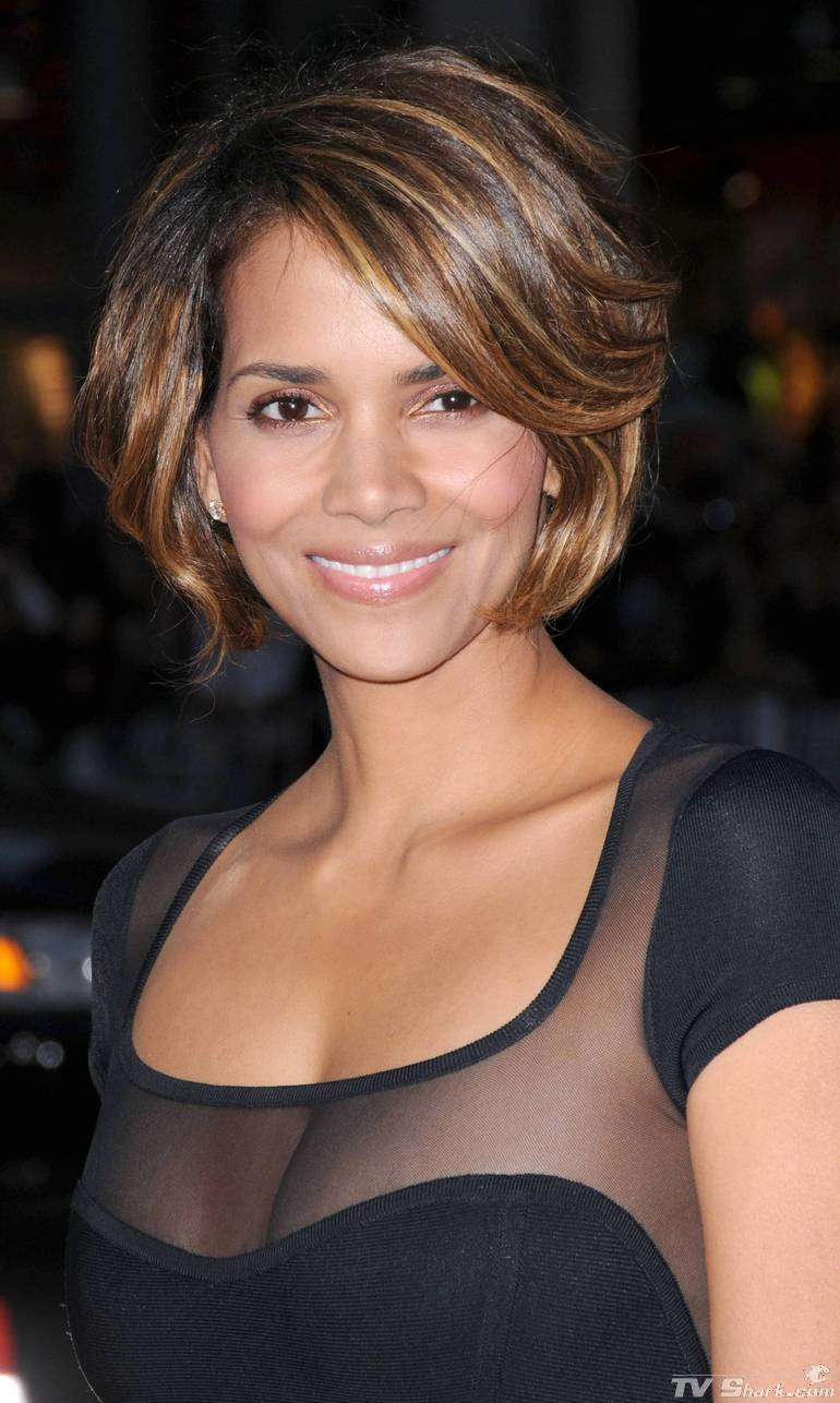 Halle Berry Halle Berry Cleavage Pics-1135