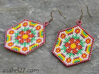 Оригинальные серьги из бисера с цветочным орнаментом