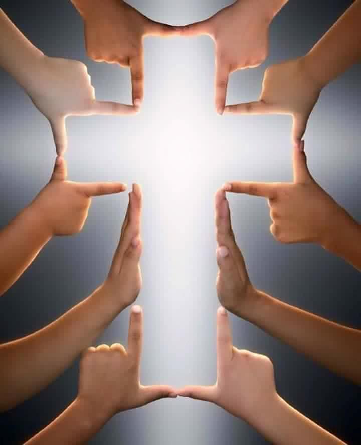 una croce fatta con le mani di tante persone