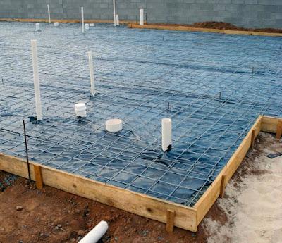 Tela soldada sobre a lona que isola a camada de brita do concreto: função impermeabilizante.