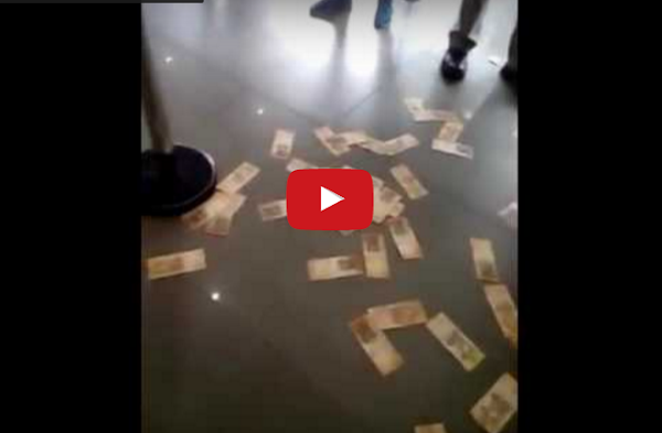 Billetes en el piso del banco y nadie los recoge