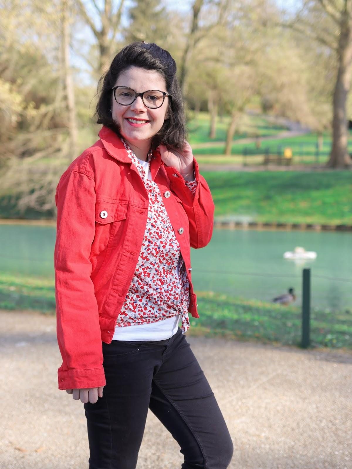 avis lookiero chemise à fleurs comment porter look idée tenue box vetements veste en jean rouge maman apres grossesse rondeurs