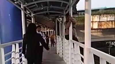 Viral! Ibu Hamil Ingin Lompat dari JPO Halte TJ, Alasannya Pun Terbilang Konyol