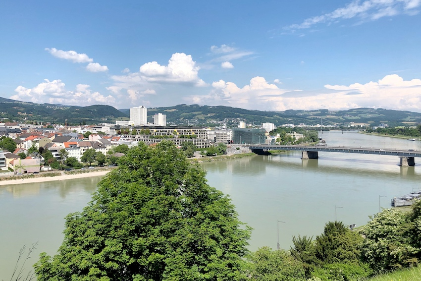 Blick Richtung Nibelungenbrücke vom Schlosspark aus