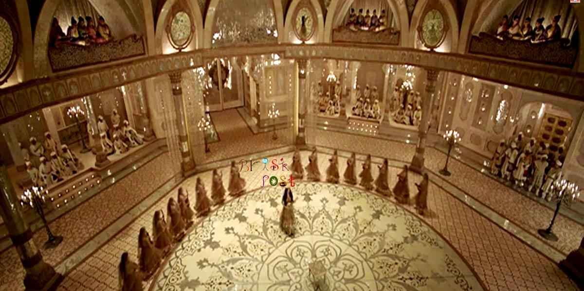 Deepika Padukone as Mastani entering in massive Aaina Mahal set in Deewani Mastani song of Bajirao Mastani