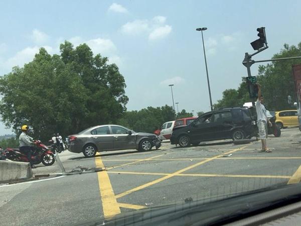 VIDEO & GAMBAR Penuh Kemalangan Ngeri Membabitkan Treler, Lori Dan 12 Kereta