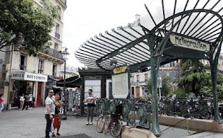Knifeman attacks French soldier in Paris by Chatelet Metro